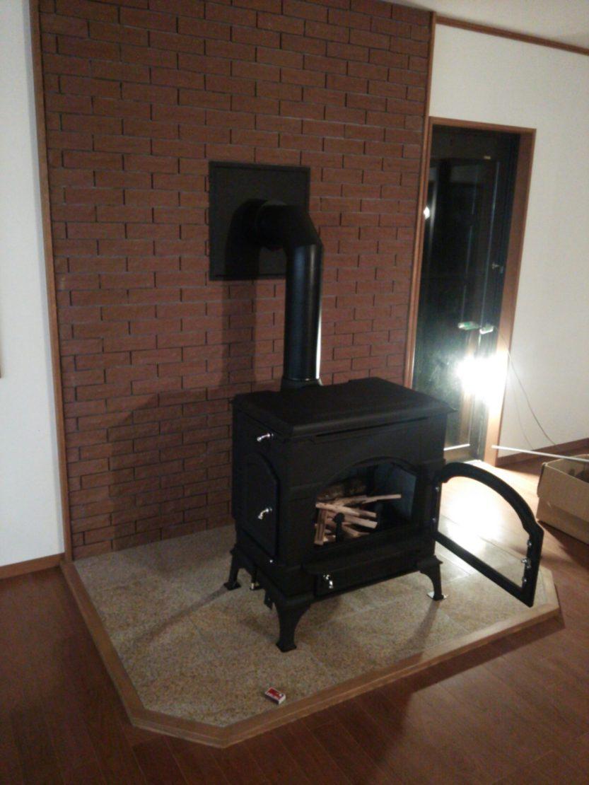 居間に暖炉を設置